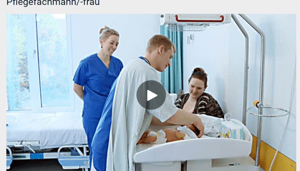 W szpitalu uśmiechnięte kobiety - matka i Pflegefachfrau patrzą jak pielęgniarz przewija nowonarodzone dziecko