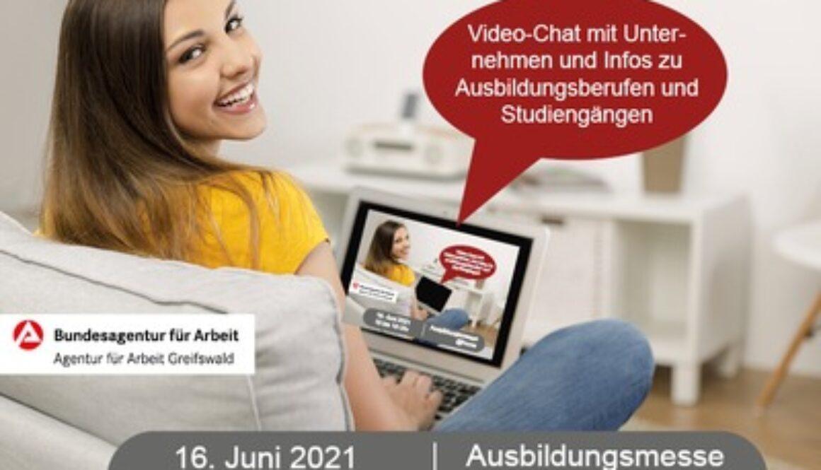 Młoda dziewczyna uśmiecha się i patrzy przez ramię. Trzyma laptopa na kolanach. Napisy o targach edukacyjnech niemieckiego urzędu pracy.